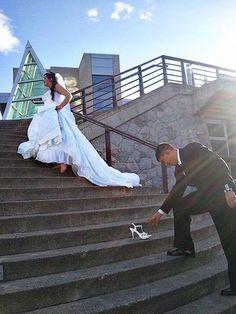 Tomar una página del libro de cuentos de Cenicienta con esta foto de la escalera de la diversión.Relacionado: 50 maneras de añadir un poco de la magia de Disney a su boda