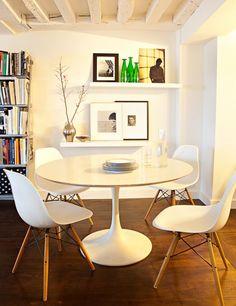 table raymond loewy, chaise DSW, chaises vitra, étagère blanche ikea, photographies posées sur étagère, vase normann copenhagen