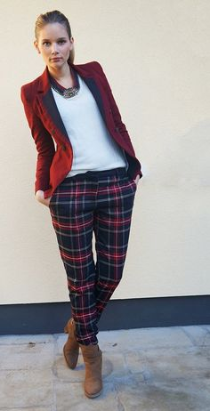 Discover and organize outfit ideas for your clothes. Decide your daily outfit with your wardrobe clothes, and discover the most inspiring personal style Red Plaid Pants, Checkered Trousers, Plaid Pants Outfit, Plaid Outfits, Stylish Outfits, Tartan Fashion, Look Fashion, Fashion Outfits, Blazer Outfits
