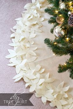 How to make a NO-SEW Christmas tree skirt just by using felt and hotglue! Check out how easy this is!