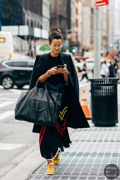 Why Editorial Fashion Photography is Such a Great Thing – PhotoTakes New Street Style, Street Style Trends, Street Chic, Street Style Women, Cozy Fashion, Daily Fashion, Style Fashion, Fashion Trends, High Fashion