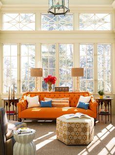 eklektischer einrichtungsstil wohnzimmer orange sofa ottomans