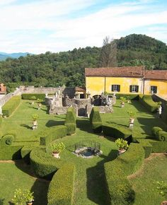 La Toscana - PALAZZO NEGRI DOSI Il giardino di villa Pavesi Negri si presenta come un mini compendio delle forme del giardino barocco. Proprio perché formato principalmente da siepi topiarie, è un giardino bello in tutte le stagioni Via Mazzini 60 a Pontremoli