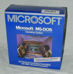 Microsoft MS-DOS. Lanzado en 1982, fue el estándar de sistemas operativos a nivel usuario hasta la llegada de Windows.