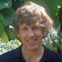 Pin 2: Tim Bowler is een Engelse auteur die is geboren op 14 november 1953. Hij schreef 20 boeken voor kinderen, tieners en jonge volwassenen. Hij woont in het Engelse dorpje Devon en schrijft zijn boeken in een klein stenen hutje.