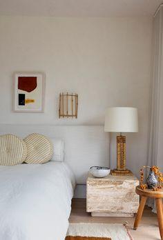 Athena Calderone's Amagansett Bedroom is full of Zen decor . - Athena Calderone's Amagansett Bedroom Is Full of Zen Decor Ideas Das A . Home Decor Styles, Cheap Home Decor, Home Decor Accessories, Home Decor Bedroom, Living Room Decor, Bedroom Ideas, Zen Home Decor, Bedroom Signs, Wood Bedroom