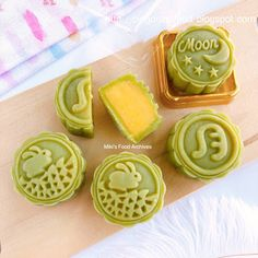 Easy snow skin mooncake with no shortening, no Gao Fen. The best snow skin mooncake recipe that yield soft and moist Pandan Custard Snow Skin Mooncake. Singapore home cook mooncake recipe tutorial. Daifuku Mochi Recipe, Mooncake Recipe, Cake Drawing, Dough Ingredients, Custard Filling, Fusion Food, Moon Cake, Asian Desserts, Art