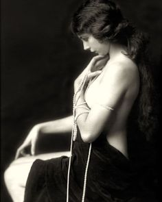 """3,379 mentions J'aime, 12 commentaires - Cassidy Zachary (@the_art_of_dress) sur Instagram : """"#ZiegfeldFollies performer #AvaLand photographed by #AlfredCheneyJohnston, 1921."""""""