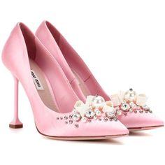 Miu Miu Embellished Satin Pumps (18.040 ARS) ❤ liked on Polyvore featuring shoes, pumps, heels, pink, heel pump, pink satin shoes, embellished heel shoes, embellished pumps and embellished heel pumps