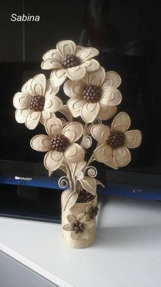 Diy Crafts - How to DIY easy loopy burlap fabric flowers. Perfect as rus Accessoire De Fete, Artisanat En Carton, Toile De Jute, Hessian Crafts, Twine Crafts, Fabric Crafts, Diy Crafts, Twine Flowers, Diy Flowers, Fabric Flowers, Diy Embroidery Flowers, Diy Broderie