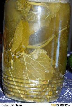 Umyjeme přerostlé okurky, vinné listy, višňové listy a listy černého rybízu, kopr a kořen křenu. Okurkám vidličkou hodně propícháme kůžičku,... Korn