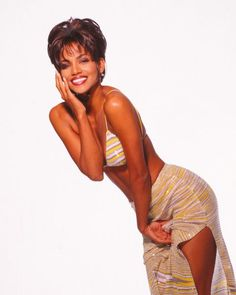 Actress Halle Berry poses for a portrait circa 1998 in Los Angeles, California. Get premium, high resolution news photos at Getty Images Halle Berry Young, Halle Berry Hot, Halle Bery, Halle Berry Style, Actrices Hollywood, Iconic Women, Mode Vintage, Beautiful Black Women, Celebrity Photos