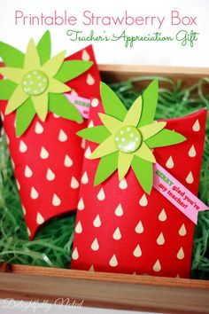 What a sweet way to package up your Teacher Appreciation Gifts! Free Printable Strawberry Box.