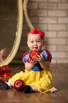 Beautiful and Magical Disney Inspired Baby Portraits / Pictures Snow White Baby Snow White, Baby In Snow, Lila Baby, Baby Love, Dream Baby, Cute Kids, Cute Babies, Photo Halloween, Snow White Dresses