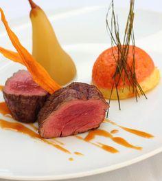 Medallion de veau et sa garniture: Mousse de carottes au four et la poire pochée au vin de Sancerre, sauce au vin blanc