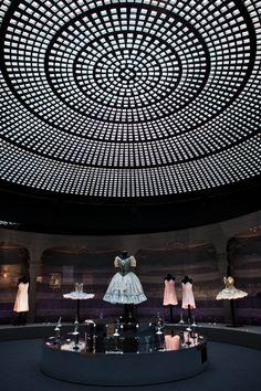 Nathalie Crinière – Scénographie d'une exposition de costumes de ballet de Noëlla Pontois à Elephant Paname. © Nathalie Crinière, photo © Emmanuel Donny