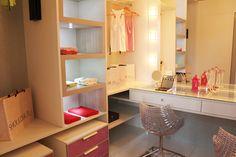 Para uma jovem adolescente, a Simonetto Maringá projetou um closet que, mesmo com metragem reduzida, transformou-se em um espaço de estrela de cinema. Com iluminação direcionada nos nichos e na penteadeira, o ambiente tem clima aconchegante e propício à vaidade feminina. Os módulos com gavetas cor de rosa possuem rodinhas e podem ser movidos de lugar facilmente  - Ambiente Simonetto