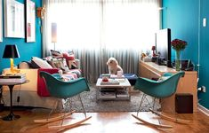 """As cadeiras de balanço Charles Eames, originalmente brancas, foram laqueadas de azul-turquesa. Elas fazem parte da sala azul do arquiteto Nelson Kabarite. """"Gostei tanto da cor de um relógio que procurei a tinta no mesmo tom"""", justifica"""