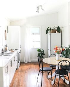 Can you think of a more charming place to whip up homemade #brunch today? White kitchens and bistro chairs forever ❤️. See @alishalovescoffee's full home tour via the link in profile ☝️|| photo by @kara_hynes