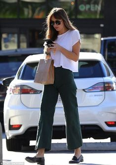 Dakota Johnson: You can't beat the simple jeans and t-shirt look! Go to tillysveaas.co.uk to just add some silver or gold fine or chunky jewellery, some earrings and ring or two... Estilo Dakota Johnson, Dakota Johnson Street Style, Dakota Style, Noora Style, Mode Outfits, Fashion Outfits, Summer Outfits, Casual Outfits, Autumn Outfits