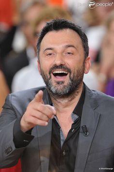 Frédéric Lopez, né le 4 avril 1967 à Pau, est un animateur de télévision et animateur de radio français. Depuis 2000, il présente des émissions sur France 2.  Parcours    Son père est croupier au casino, sa mère femme au foyer l'élève en compagnie de ses deux sœurs. L'emploi de son père fait que sa famille déménage 19 fois pendant son enfance.