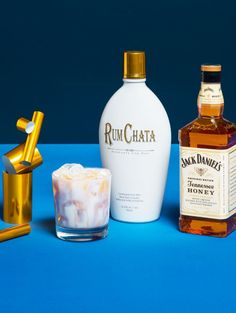 RUMCHATA TENNESSEE TUX 2 parts RumChata 1 part Jack Daniel's Tennessee Honey part dark crème de cocoa Combine RumChata and Jack Honey in a shaker with ice. Pour into a rocks glass with ice and top with dark Creme de Cacao Jack Daniels Cocktails, Whiskey Drinks, Bacardi Drinks, Rumchata Cocktails, Baileys Drinks, Liquor Drinks, Winter Drinks, Summer Drinks, Party Drinks