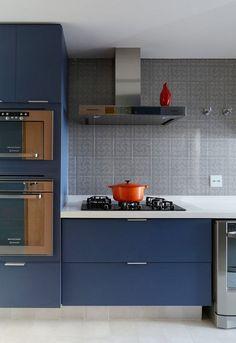 couleur pour cuisine - façade d'armoires bleu mat, crédence carreaux gris et accents orange
