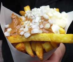 10 Dutch Foods You Should Try at Least Once - Awesome Amsterdam Patat (fries) patat with copious amounts of mayonnaise, onions and tomato ketchup. (or saté sauce) Dutch Recipes, Cooking Recipes, British Recipes, Netherlands Food, Amsterdam Netherlands, Tasty, Yummy Food, French Fries, International Recipes
