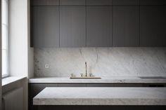 Elegant Black Kitchen Design Ideas You Need To Try 7 - ideahomy Kitchen Tile Interior, Interior Ikea, Kitchen Design Open, Best Kitchen Designs, Home Decor Kitchen, Kitchen Layout, Kitchen Furniture, Diy Kitchen, Kitchen Ideas