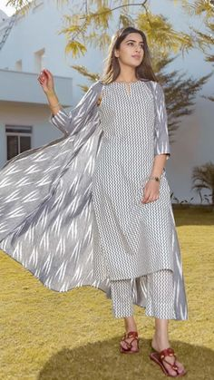 Individuals found for: shrugs for evening wear! Finthousands of hand crafted classic and one-of-a-kind products. Salwar Designs, New Kurti Designs, Kurta Designs Women, Kurti Designs Party Wear, Designs For Dresses, Cotton Dress Indian, Dress Indian Style, Indian Dresses, Cotton Dresses