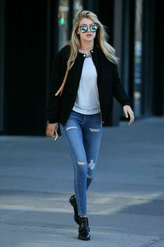 Good Jeans from Celebrity Street Style Oh, Gigi Hadid, can you do no wrong? The budding supermodel kills the street style game with a cool black jacket and A GOLD E jeans combo paired with a peanut Michael Kors satchel. Fashion Mode, Star Fashion, Look Fashion, Street Fashion, Fashion Styles, Fall Fashion, Fashion Glamour, Fashion 2018, Fashion News