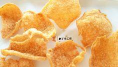 你的關注給我最大的鼓勵,訂閱肥丁 YouTube 頻道 新鮮炸好的原味鮮蝦片,無泡打粉無色素無味精,還不快來搶啊~ 不加泡打粉、色素、味精,滿滿的鮮蝦味,好吃到飄起,輕盈酥脆的秘密,原來在這個比例裡~ 樹薯粉和水的比例,直接影響蝦片的膨脹度。不同廠牌的樹薯粉吸水度不同,少量製作一次後累積經驗再調整。沒有泡打粉一樣輕盈酥脆。 蝦片即食即炸最美味~吃不完放入夾鏈袋密封,盡快食用喔~不然受潮變軟,油脂氧化會有油耗味。 【材料】 海蝦連殼 Shrimp unpeeled and devined 200 g 清水 Water 100 g The post 自製印尼蝦片【秒殺】無泡打粉色素味精﹗好吃到飄起 How to Make Krupuk Prawn Crackers From Scratch appeared first on 肥丁手工坊. Homemade Seasonings, Prawn, Garlic Powder, Crackers, Biscuits, Snack Recipes, Chips, Fruit