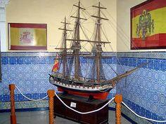 Museo Naval: el Museo Naval isleño es periférico del Museo Naval de Madrid, y alberga restos, imágenes, maquetas y otros objetos relacionados con la Armada Española. Situado en la Población Naval de San Carlos, la actual sede del museo es el edificio principal de la Escuela de Suboficiales de la Armada.