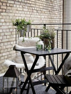 Balkongestaltung 2017 gemütlich einfache Möbel viel Wärme Pflanzen Laterne