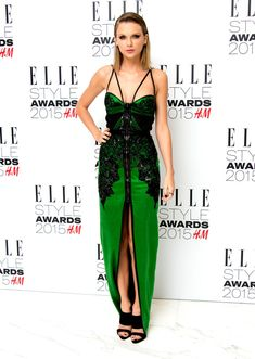 Taylor Swift from Stars at London Fashion Week Fall 2015 What a vixen! TSwift delivers the heat to the Elle Style Awards in an eye-catching emerald Julien Macdonald with leather, lace and mesh. Estilo Taylor Swift, Taylor Swift Rojo, Taylor Swift And Calvin, Taylor Swift Style, Taylor Alison Swift, Teen Choice Awards, Cara Delevingne, Donna Karan, Vestidos Ralph Lauren