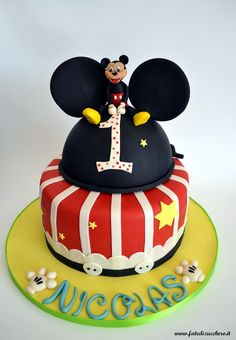 Torta Primo Compleanno: con topper Topolino, nome personalizzato ed elementi decorativi a tema, interamente realizzati a mano