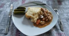 Mennyei Pásztorpite (Shepard's pie) recept! Ez egy hagyományos angol egytálétel. Sajttal gazdagított krumplipüré alatt sülő húsos, zöldséges ragu. Az eredeti receptben darált húsból készül, de én azt nem annyira kedvelem, ezért sertés combból vagy lapockából szoktam készíteni. Így tovább kell főzni, de az ízek is jobban összeérnek.