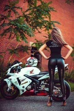 Beautiful Girls With Cars and Motorcycles - Bellas Mujeres Con Coches y Motos - Girls Washing Cars - Cars - Coches - Bikes - Motos Lady Biker, Biker Girl, Motos Sexy, Chicks On Bikes, Motorbike Girl, Moto Bike, Suzuki Gsx, Biker Chick, Super Bikes