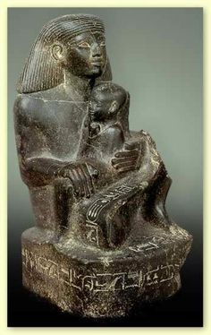 Estatua de Sennemut con la princesa Neferure del Museo Egipcio de El Cairo. Con la princesa sentada perpendicularmente al eje de su cuerpo.  La estatuaria privada se muestra fidel a los modelos del R.Medio, muestra preferencias por las figuras sentadas o agachadas (estatuas-cubo) ya que ofrecen suficiente espacio para grabar dedicatorias votivas.