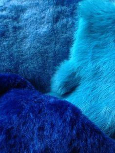Aterciopelados y suavísimos textiles en una bella gama de azules entre el cián y el ultramar medio...
