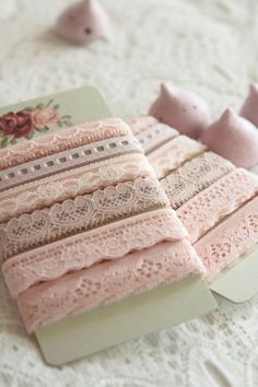 dentelle/lace http://atmospheremariages.fr/785-2632-thickbox/decoration-mariage-dentelle-rose-vintage.jpg