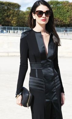 Leila Yavari in her black little number. Elegant from tip to toe. Look Street Style, Street Chic, Paris Street, Street Wear, Edgy Look, Look Cool, Look Fashion, High Fashion, Fashion Design