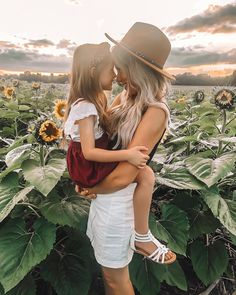 Summer Family Pictures, Fall Family Photos, Family Pics, Mommy Daughter Photography, Family Photography, Children Photography, Sunflower Patch, Sunflower Fields, Fall Wardrobe