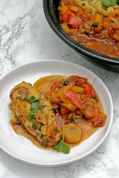 Tajine, is een stoofschotel uit het Midden-Oosten. Het is een traditioneel gerecht meestal op basis van vlees, gevogelte of groenten in combinatie met kruiden, aroma's en soms fruit en noten. Een tajine is een aardewerken pot met een kegelvormig deksel, die je in de oven klaarmaakt. Het is een stoofpot, dus je weet het al, het Wok, Tagine Recipes, Ras El Hanout, Light Recipes, Couscous, Thai Red Curry, Slow Cooker, Good Food, Food And Drink