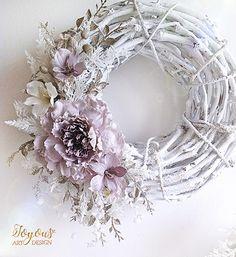 Zasněžený třpytivý věnec Wreath Crafts, Xmas Crafts, Diamond Theme, Christmas Wreaths, Christmas Decorations, Floral Hoops, Deck Decorating, Deco Mesh Wreaths, Flower Tutorial