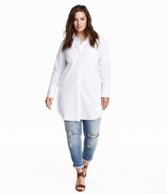 Long, loose-fit shirt in cotton and nylon poplin. Collar, buttons at front, and one chest pocket. Yoke with box pleat at back and wide cuffs with buttons. Rounded hem.