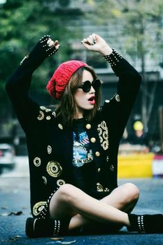 Knitted cardigan, t-shirt dress or t-shirt with shorts, chunky heels or shoes with beanie and sunglasses.