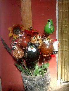 Pinches de jardín hechos de calabaza y porcelana pintados con acrílicos y terminado con barniz