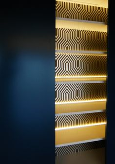 Armario com iluminação led, forrado papel portas lacadas