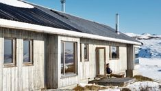 Photo: Hus&Hem/Tina Stafrén I know summer is coming, but here is one last winter cottage for you. From Hus&Hem Scandinavian Cabin, Cottages For You, Outdoor Bathtub, Contemporary Cabin, Forest House, Farm House, Cabin Design, Nordic Design, Outside Living